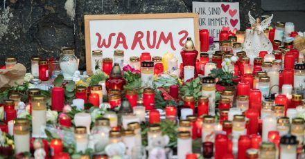Vor der Porta Nigra haben Menschen zum Gedenken an die Opfer der Amokfahrt vom 01.12.2020 Kerzen aufgestellt.