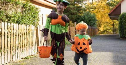 Oh, ein kleiner Kürbis! Zu Halloween verkleiden sich viele Kinder und gehen auf Süßigkeitenjagd.