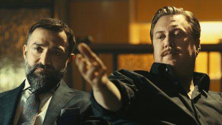 """Nicholas Ofczarek (r.) als Privatdetektiv Julian Hessenthaler und David A. Hamade als Wiener Anwalt Ramin Mirfakhrai in """"Die Ibiza Affäre"""" (ili/spot)"""