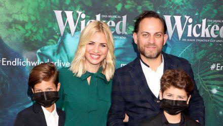 Susan Sideropoulos mit Ehemann Jakob Shtizberg und den Söhnen Joel und Liam im September 2021. (tae/spot)