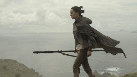 """""""Star Wars: Die letzten Jedi"""": Rey (Daisy Ridley) will den resignierten Luke Skywalker aus seinem selbst gewählten Exil holen. (cg/spot)"""