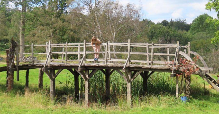 Die Brücke, die «Winnie Pooh»-Autor A.A. Milne zu seinen Kinderbüchern inspirierte, ist versteigert worden.
