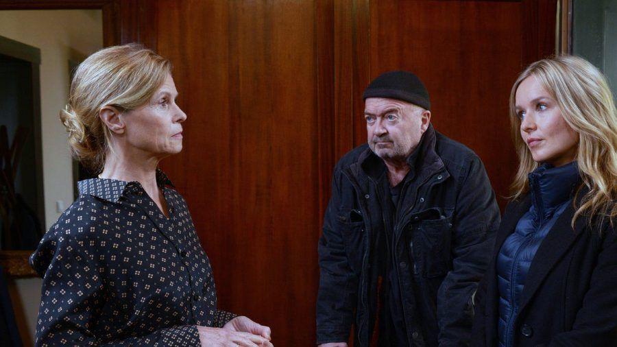 """""""Ein starkes Team: Sterben auf Probe"""": Otto (Florian Martens) hat Fragen an Erika (Leslie Malton), deren Mann einem Giftmord zum Opfer fiel. (cg/spot)"""