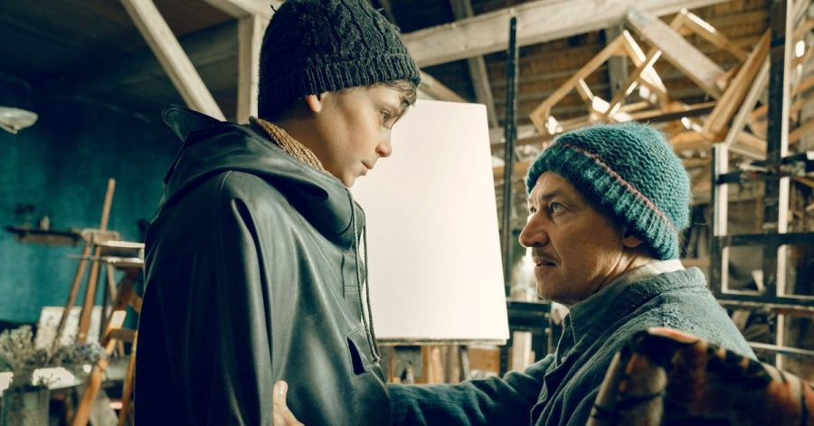 Max Ludwig Nansen (Tobias Moretti) spricht mit Siggi Jepsen (Levi Eisenblätter) über seine Bilder.