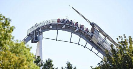 Fahrgäste einer Achterbahn der Universal Studios Japan sitzen fest.