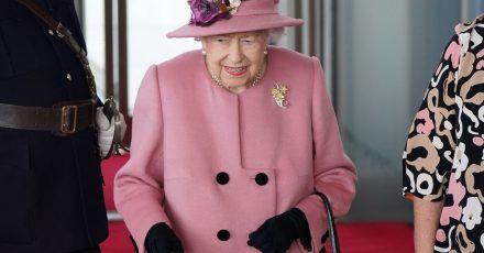 Die britische Königin Elizabeth II. mit Gehstock diese Woche in Wales.