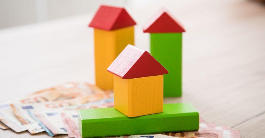 Wer eine lange Zinsbindung bei seinem Immobilienkredit wählt und die Angebote genau vergleicht, kann sehr viel Geld sparen.