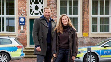 Frank Weller (Christian Erdmann) und Ann Kathrin Klaasen (Picco von Groote) ermitteln in zwei neuen ZDF-Samstagskrimis. (ncz/spot)