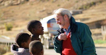 """ARD-Reporter Gerd Ruge (r), spricht mit jungen Hirten. Die Sendung """"Gerd Ruge unterwegs - Durch den Süden Afrikas"""" wurde im Dezember 2001 ausgestrahlt."""