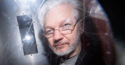 Julian Assange verlässt ein Gericht in London. Nach neuen Enthüllungen geht der Rechtsstreit um eine mögliche Auslieferung des Wikileaks-Gründers in die USA in eine neue Runde.