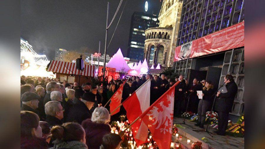 Menschen gedenken der Opfer des Terroranschlags auf dem Breitscheidplatz in Berlin. (stk/spot)