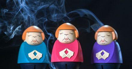 Merkel-Räucherfiguren in der Schauwerkstatt der Seiffner Volkskunst.