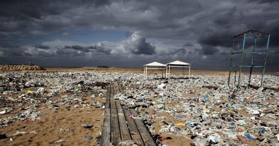 Plastikmüll an einem Strand am Mittelmeer nördlich von Beirut.