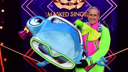 """Pierre Littbarski musste sich in Folge zwei von """"The Masked Singer"""" als der Hammerhai zu erkennen geben. (ncz/spot)"""