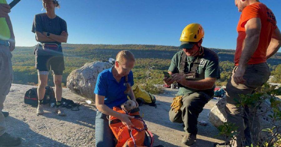 Eine zierliche Höhlenretterin des New Jersey Initial Response Team konnte die Hündin Liza unverletzt aus der Tiefe einer Felsspalte bergen.