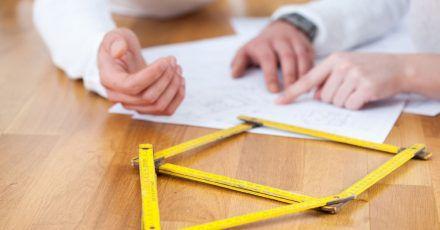 Ein Haus braucht ein Grundstück, auf dem es gebaut werden kann. Nicht jedes Grundstück ist aber automatisch Bauland.