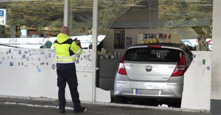 Fassade durchbrochen: Das Auto, gesteuert von einem kleinen Jungen, steht in einer Tankstelle in Bochum.