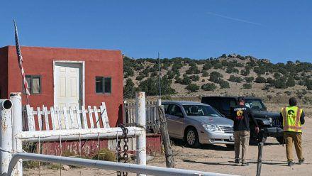 """Polizei und Sicherheitskräfte begutachten den Tatort am Set von """"Rust"""" im mexikanischen Santa Fe. (dr/spot)"""