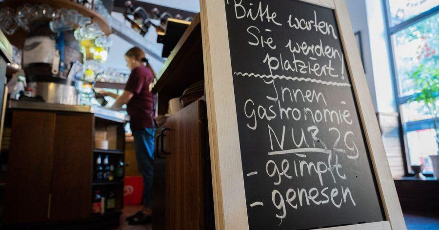 Eine Tafel mit der Aufschrift «Innengastronomie - Nur 2G - geimpft - genesen» steht in Schadt's Brauerei Gasthaus.