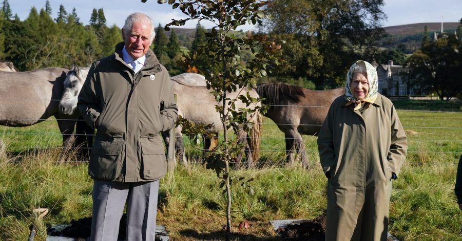 Königin Elizabeth II. und Prinz Charles in Balmoral.