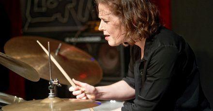 Die Schlagzeugerin Eva Klesse erhält den SWR Jazzpreis 2021.