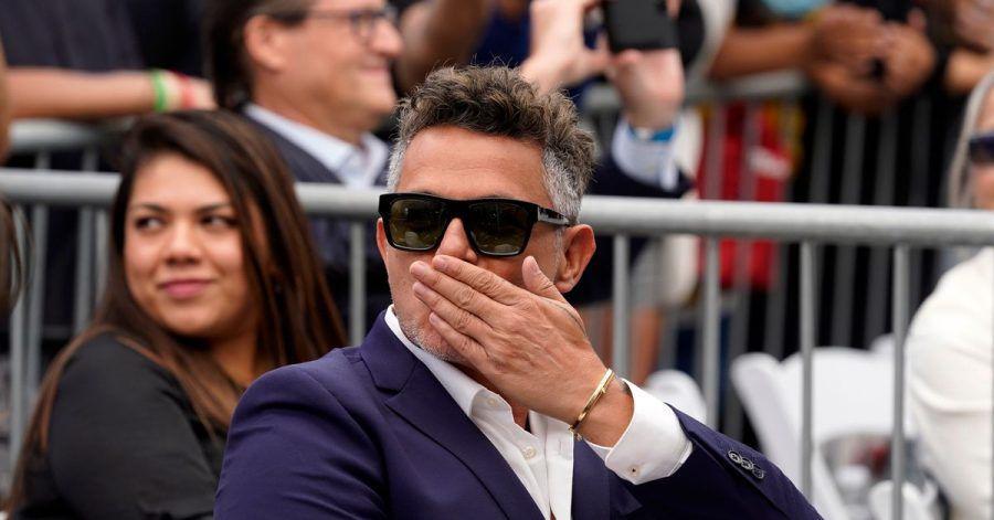 Der spanische Musiker Alejandro Sanz auf dem Walk of Fame in Los Angeles. Der 52-Jährige enthüllte am Freitag eine Sternenplakette mit seinem Namen im Herzen von Hollywood.