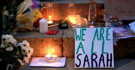 Kerzen und Blumen sind bei einer Mahnwache für die getötete Sarah Everard an der University of Leeds zu sehen. Nur wenige Tage nach dem Urteil gegen ihren Mörder ist ein weiterer britischer Hauptstadtpolizist wegen Vergewaltigung angeklagt worden.