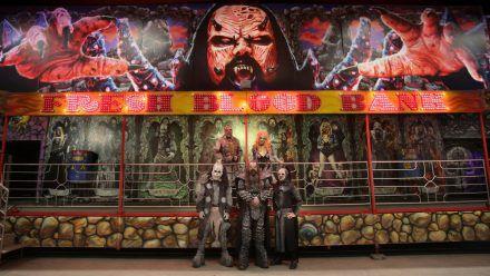 Lordi vor ihrer eigenen Geisterbahn in Finnland (tae/spot)