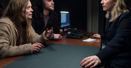 Die vermisste Smilla Vestergaard (Anne Kanis, l-r) und ein Betrunkener (Robin Bongarts) suchen Hilfe bei der Streifenbeamtin Ida Sörensen (Marlene Morreis).