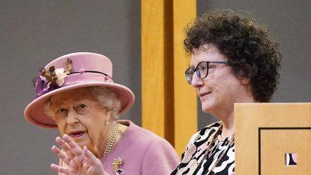 Queen Elizabeth II. mit der Abgeordneten Elin Jones im walisischen Parlament in Cardiff. (dr/spot)