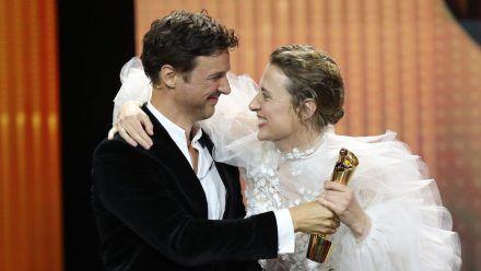 """Florian David Fitz (l.) übergab die Lola für die """"Beste weibliche Hauptrolle"""" an Maren Eggert. (wag/spot)"""