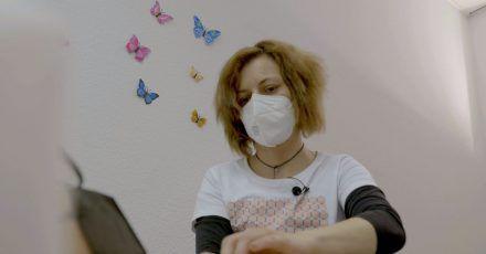 Claudia, eine medizinisch-taktile Untersucherin, bei der Arbeit.