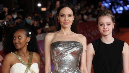 """Angelina Jolie mit ihren Töchtern Zahara (l.) und Shiloh Jolie-Pitt bei der """"Eternals""""-Premiere in Rom. (ili/spot)"""