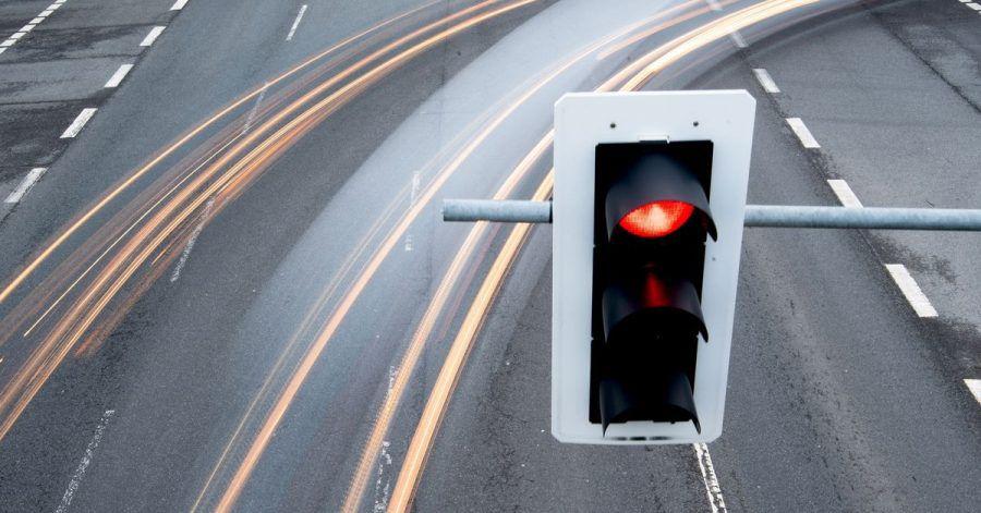 Allein auf weiter Flur und leuchtend rot: Wann geschieht das Überfahren einer roten Ampel eigentlich vorsätzlich?