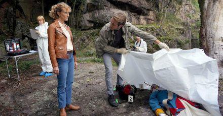 Kommissarin Sonja Schwarz (Chiara Schoras) und ihr Kollege Jonas (Gabriel Raab) begutachten den Toten, der mit einer Armbrustpfeil ermordet wurde.
