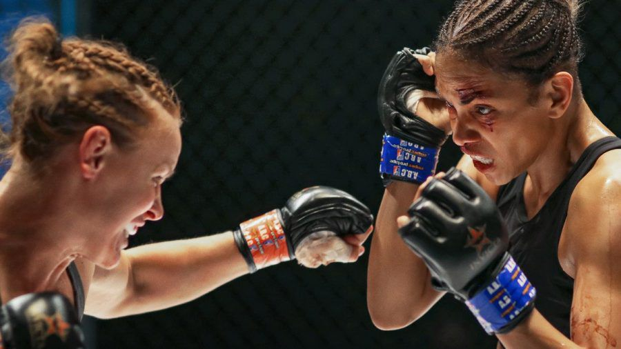 Halle Berry (r.) als MMA-Kämpferin Jackie Justice. (jom/spot)