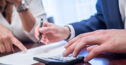 Wer sein Vermögen umverteilen oder sein Geld in ein neues Anlageprodukt stecken will, sollte sich unabhängig beraten lassen.