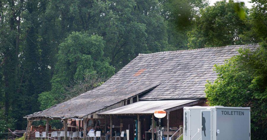 """Rückansicht des Gebäudes, in dem der Fernsehsender RTL das """"Sommerhaus der Stars"""" gedreht hat."""