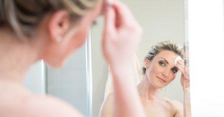 Damit die Gesichtshaut Pflegeprodukte gut aufnehmen kann, sollte sie vorher gründlich gereinigt werden.