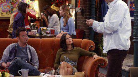 """Courteney Cox (M.) war in ihrer Rolle der Monica oft im """"Central Perk"""" zu sehen - hier 2003. (ncz/spot)"""