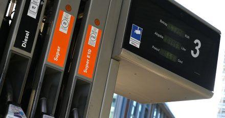 Vier Zapfhähne mit der Aufschrift Diesel, Super und Super 10 stecken in der Zapfsäule an einer Tankstelle. (Archivbild)