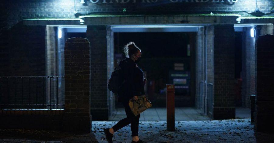 Eine Frau läuft nach Einbruch der Dunkelheit allein durch Südlondon. Die jüngsten Verhaltensempfehlungen der Londoner Polizei für Frauen als Reaktion auf den Mord an Sarah Everard stoßen auf scharfe Kritik.