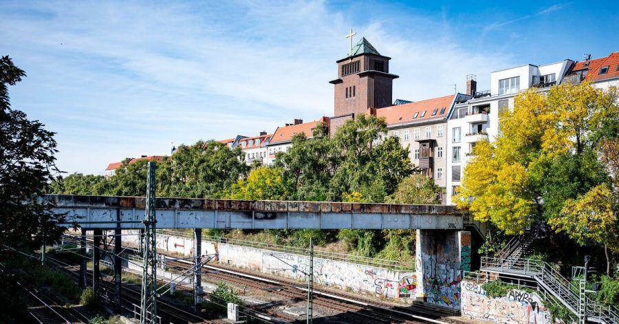 Die Brücke mit der beschädigten Stromleitung nahe der S-Bahn-Station Schönhauser Allee in Berlin.