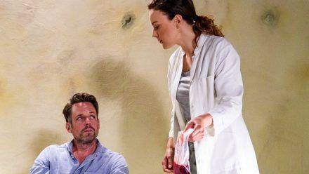 """""""Alles was zählt"""": Justus (Matthias Brüggenolte) und Dr. Ines Bandura (Jasmin Wagner) treffen in Angola aufeinander. (eee/spot)"""