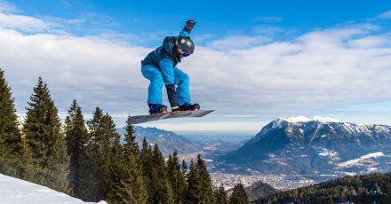 Snowboarderinnen und Snowboarder verletzen sich häufig an Schulter, Arm oder Hand.
