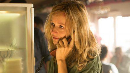 """""""Der 7. Tag"""": In aller Eile ist Sybille Thalheim (Stefanie Stappenbeck) in eine Bar gelaufen, um ihre Freundin anzurufen und um Hilfe zu bitten. (cg/spot)"""