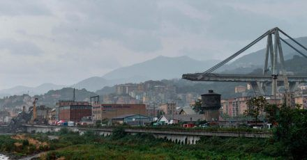 Ein Blick auf die eingestürzte Morandi Autobahnbrücke in Genua. 43 Menschen kamen bei dem Unglück am 14. August 2018 ums Leben.
