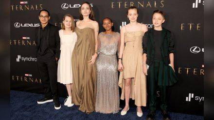 """Angelina Jolie mit Maddox und Vivienne (l.) sowie Zahara, Shiloh und Knox bei der """"Eternals""""-Premiere. (ili/spot)"""