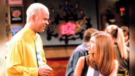 """James Michael Tyler und Jennifer Aniston in einer gemeinsamen Szene der Erfolgssitcom """"Friends"""". (ili/spot)"""
