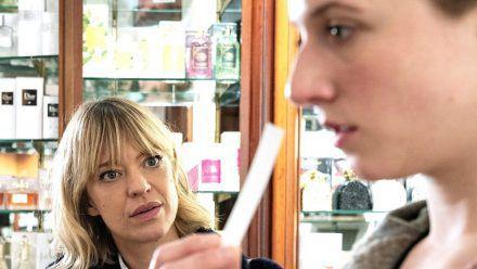 """""""Tatort: Blind Date"""": Ellen Berlinger (Heike Makatsch) versucht gemeinsam mit Rosa (Henriette Nagel) herauszufinden, welches Parfum sie am Tatort gerochen hat. (cg/spot)"""